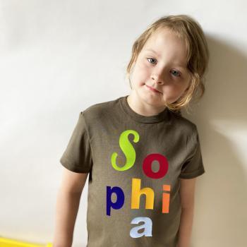 Kinder und Baby T-Shirt mit Namen aus bunten Buchstaben
