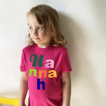 Kinder und Baby Letters T-Shirt mit Namen aus bunten Buchstaben