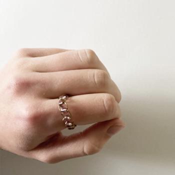 Ring mit Geflecht und Perlen